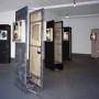 Homo Sapiens, installation multimédia, panneaux de bois recouverts de divers recouvrements de construction, boîtes lumineuses, bande sonore, enregistrement avec écouteurs, centre d'artistes Regart, 2004